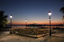 Таверна на берегу моря, 5 часов утра.