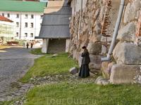 Единственное место, где есть на остроах стабильный интерне и мобильная связь это монастырь.