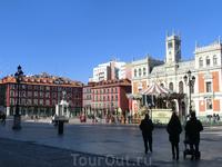 Plaza Mayor Вальядолида стала прообразом нынешних центральных площадей городов - прямоугольной формы, со зданием консистории, с домами знати по периметру ...
