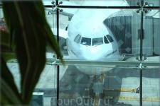 самолёт у здания аэровокзала