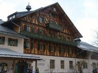 После посещения Нойшвайнштайна прибыли в замок Линдерхов. А это отель и ресторан при въезде в парк.