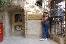 """Дворик монастыря Св.Герасима. В правом углу фото видна клетка с попугаями, которые """"говорят"""" на греческом, арабском, английском и русском языках."""