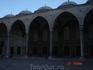 Двор Голубой мечети имеет такой же размер, как и сама мечеть. Стены двора украшены аркадами.