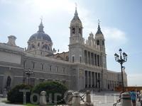 Кафедральный собор Альмудены. Расположен напротив Королевского дворца
