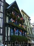 центральная часть и отель Руана,здесь же сувениры.