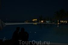 """Ночной вид на бассейн со """"звездами"""""""