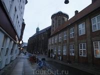 Впереди легендарная Круглая башня и, примыкающая к ней, Университетская церковь.