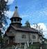 Находится церковь прямо у дороги на въезде в деревню, так что многие проезжающие мимо могут остановиться здесь и полюбоваться творением древних мастер
