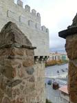Крепостные стены Авилы, величественный средневековый символ города. Город, известный еще со времен кельтов, в начале XI века, а именно в 1090 году, начал свою современную историю, когда король Кастили