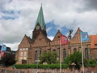 Вид с набережной на церковь