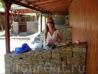 Хоть здесь и развалины, это нам не помешало устроить свой пикник. С арбузом. :-)))