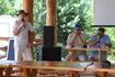 обмен опытом в конференц-пляжном баре. У микрофона - великий автопутешественник Павел Садчиков