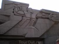Мемориал героической обороны Севастополя 1941-1942гг. на площади Нахимова. На бетонной плоскости - рельефное изображение воина, отражающего две стрелы ...
