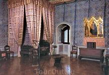 Комната Франчески, где она встречалась с Паоло и где оба были убиты из арбалетов по приказу мужа. Девушки, будьте бдительны!
