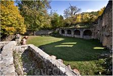 В VIII веке(!) на территории монастыря были построены давильни для винограда и винохранилища, частично сохранившиеся по сей день. На переднем плане давильня ...