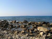Берег моря напротив отеля.