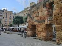 Как видим, от этого сооружения мало что осталось, несколько арок от его стены.