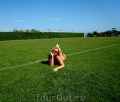 Для разнообразия, с Пляжного Песочка переместились на травку Футбольного Поля :) Б Е Л Е К