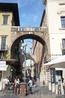 Верона. Арка делла Коста, под ней  подвешено  ребро  кита,под этой  аркой  проходил  папа Римский. Справа  видна  стена  Дворца  Коммуны из   туфа  и  ...