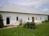 В юго-западной части монастыря сохранился ещё один памятник русской гражданской архитектуры – Приказная изба начала XVIII в., пристроенная прямо к ограде ...