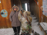 мама рядом с чучелом медведя. медведь стоял на станции канатки.