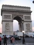 Триумфальную арку также нельзя снять без туристов. Ну хоть так....