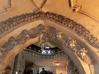 Спускаемся в костницу. Вот оно первое потрясение - свод, украшенный черепами и костями умерших.