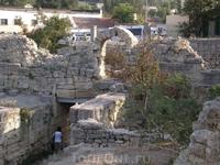 Древние городские ворота Херсонеса.  В толще крепостной стены IV-III вв. до н.э. в древности были сделаны ворота. Ширина их - 3,8 м; длина проема была ...