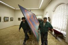 Торжественный момент снятия картины Матисса &quotТанец&quot и подготовка к отправке в Эрмитаж в Амстердаме - картину несут по коридорам Эрмитажа в Санкт - Петербурге