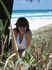 жена в кустах на пляже