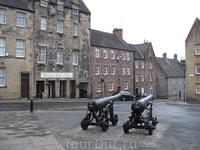Это бывший дом Генриха Дарнлея, мужа Марии Стюарт. Пушки сохранились с тех времен.