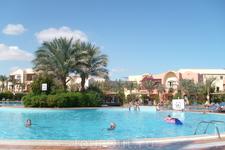 Территория отеля. Большой бассейн