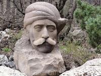 Каменные скульптуры в парке