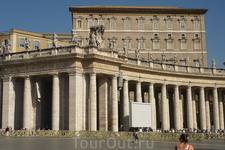 Ватикан.  Огромные  экраны  по  всей  площади   Святого  Петра  транслируют церемонию  воскресных  утренних  проповедей.Это дает возможность  всем  присутствующим ...