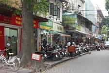 Типичная стихийная стоянка мотороллеров во Вьетнаме