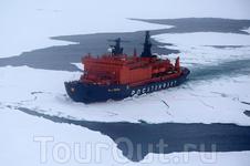 """Вид с вертолета на ледокол """"50 лет Победы"""" - самое мощное судно в мире."""
