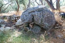 Камень рядом с дорогой на Iliodoros