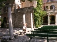 Это Итальянский дворик на Херсонесе. Тут, как и везде, исторические обломки. А также фонтан (не работающий) и скамеечки для зрителей. Вечером здесь будет ...