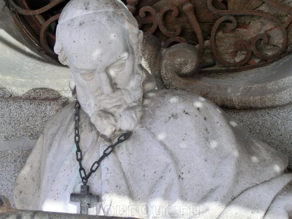 Статуя Франциска (San Francisco de Sales) - огромная статуя, стоящая в левой нише над входом. Автор Alfonso Giraldo Vergaz. Осмотрев фасад, мы спустились по мосткам на землю, сняли каски и пошли внутрь церкви.