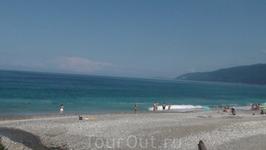 вид на пляж в центре Гагры 5 июля 2010 года- немноголюдно????
