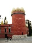 Собственно и сам музей. Знаменитая башня и фигуры местного традиционного хлеба как украшения. Необычно...