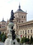 Памятник поэту-романтику на фоне здания Академии. Автор памятника Aurelio Rodríguez Vicente Carretero, открытие памятника состоялось в 1900 году.