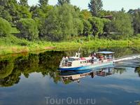 По реке Пскове.