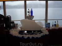 а это кусочек айсберга привезли на катере, все отдыхающие американцы сразу создали очередь за коктейлями из этого льда