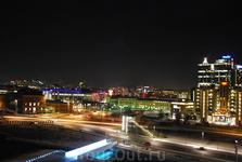 Бледный и сдержанный во всём город днём, к ночи становится цветным и динамичным.