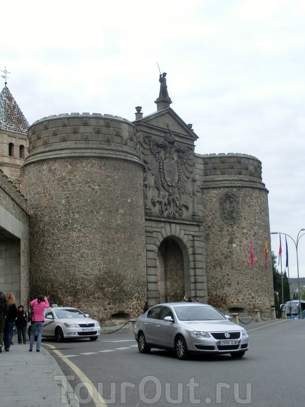 Большинство экскурсионных маршрутов в Толедо начинается с массивных ворот Puerta Nueva de la Bisagra. По-арабски - Баб Шагра. Это название и внушительные цилиндрические башни внешних ворот – вот и все, что осталось в постройке мавританского. При королях ...