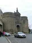 Большинство экскурсионных маршрутов в Толедо начинается с массивных ворот Puerta Nueva de la Bisagra. По-арабски - Баб Шагра. Это название и внушительные цилиндрические башни внешних ворот – вот и все