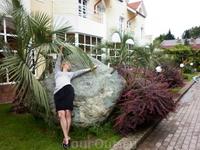 """Во дворе гостиничного комплекса """"Бриз"""" есть огромный зеленый мраморный камень"""