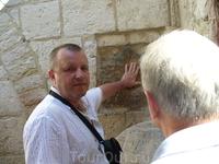 Иерусалим.Крестный путь.Здесь Христос опёрся рукой о стену.
