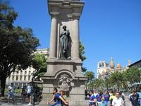 Скульптуры на пл. Каталонии
